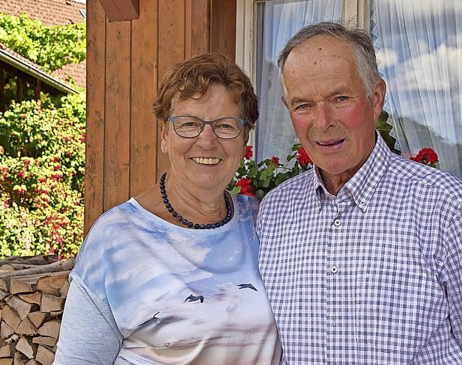 Inge und Ernst Stiegeler vor ihrem Hof...d (links) die schönen Fuchsienstämme.   | Foto: Ulrike Jäger