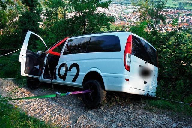 Auto bleibt am Abgrund hängen - Insassen können sich retten