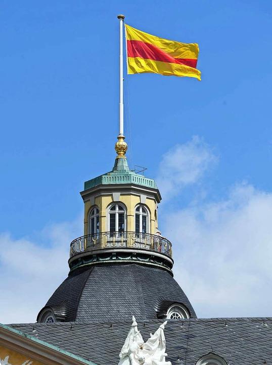 Auf dem Schloss Karlsruhe weht wieder die badische Flagge.  | Foto: dpa