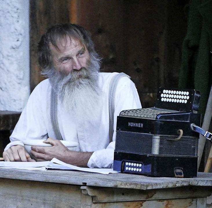 Alfred Rießle spielt den ausgedienten Glasbläser Jodok.     Foto: Zwick