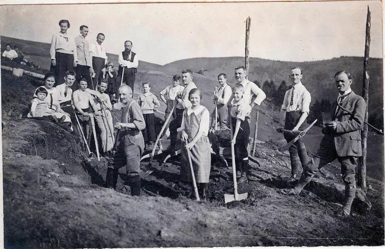 Viele Helfer bauten 1926 am Fundament des heutigen Berglusthauses.  | Foto: Manfred Metzger (Repro)