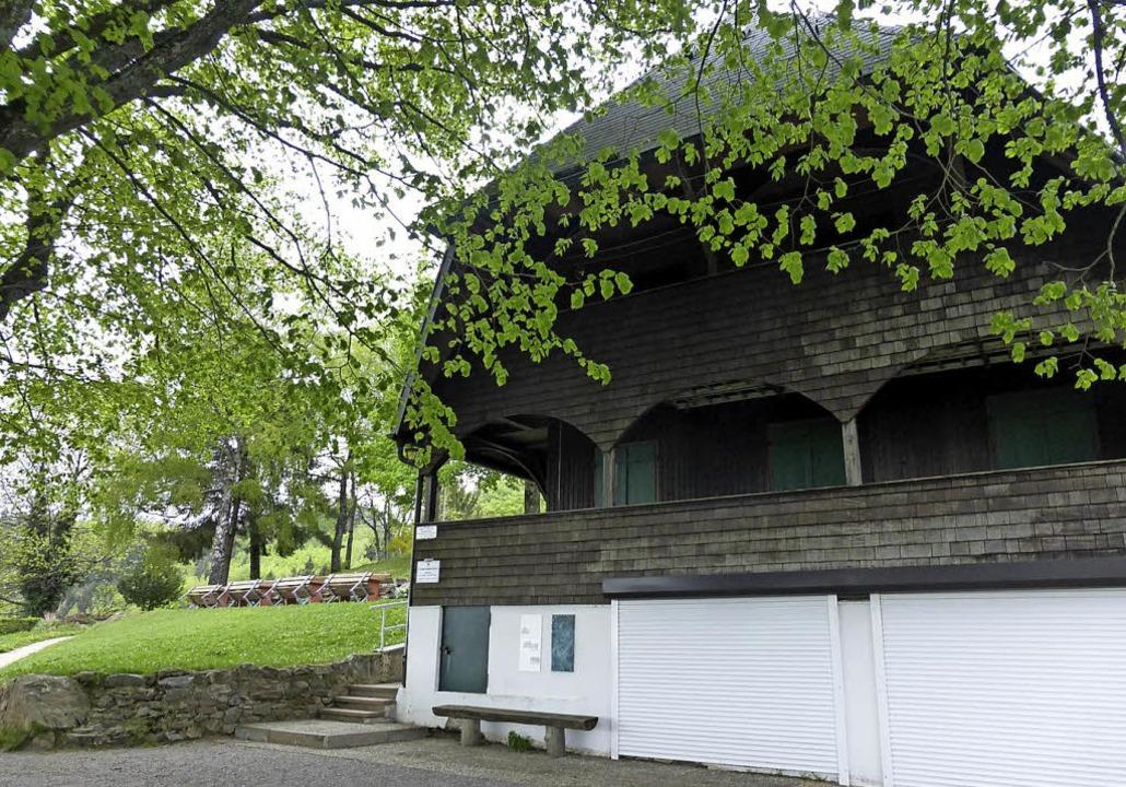 Das Berglusthaus heute mit der Terrasse (oben) und dem Lindenplatz  | Foto: Andrea Gallien