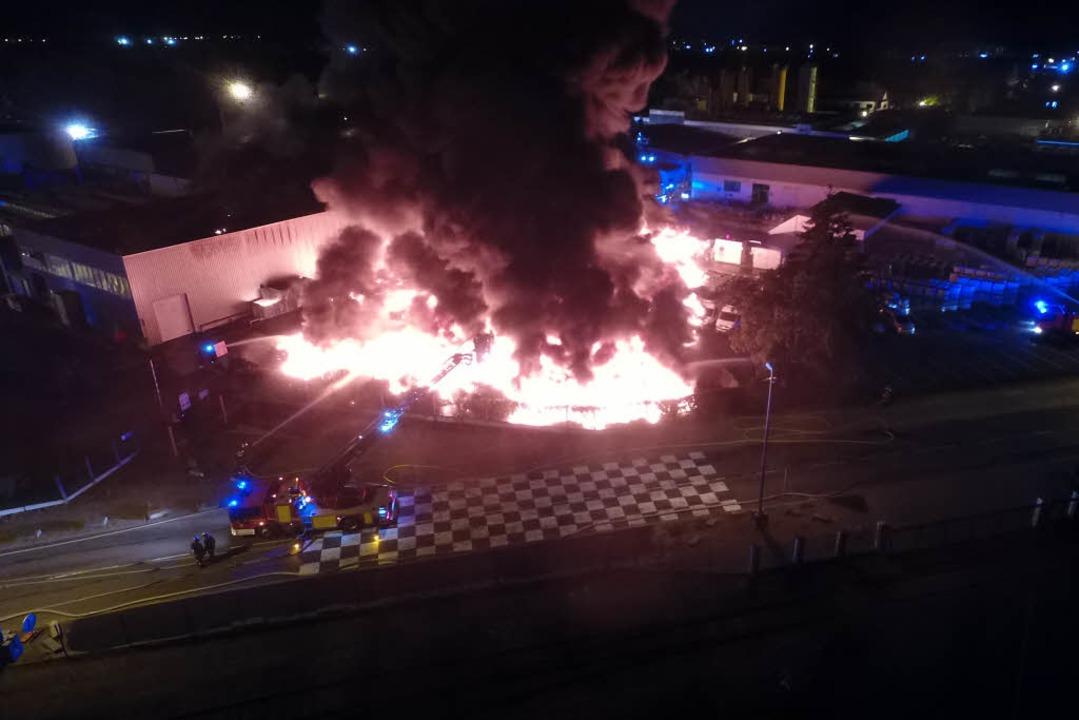 Eine riesige Lagerhalle der Firma Soprema in Straßburg stand in Flammen.  | Foto: Préfecture du Bas-Rhin/Straßburg