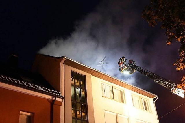Feuerwehr rettet Frau in Lahr vom Dach über einer brennenden Wohnung