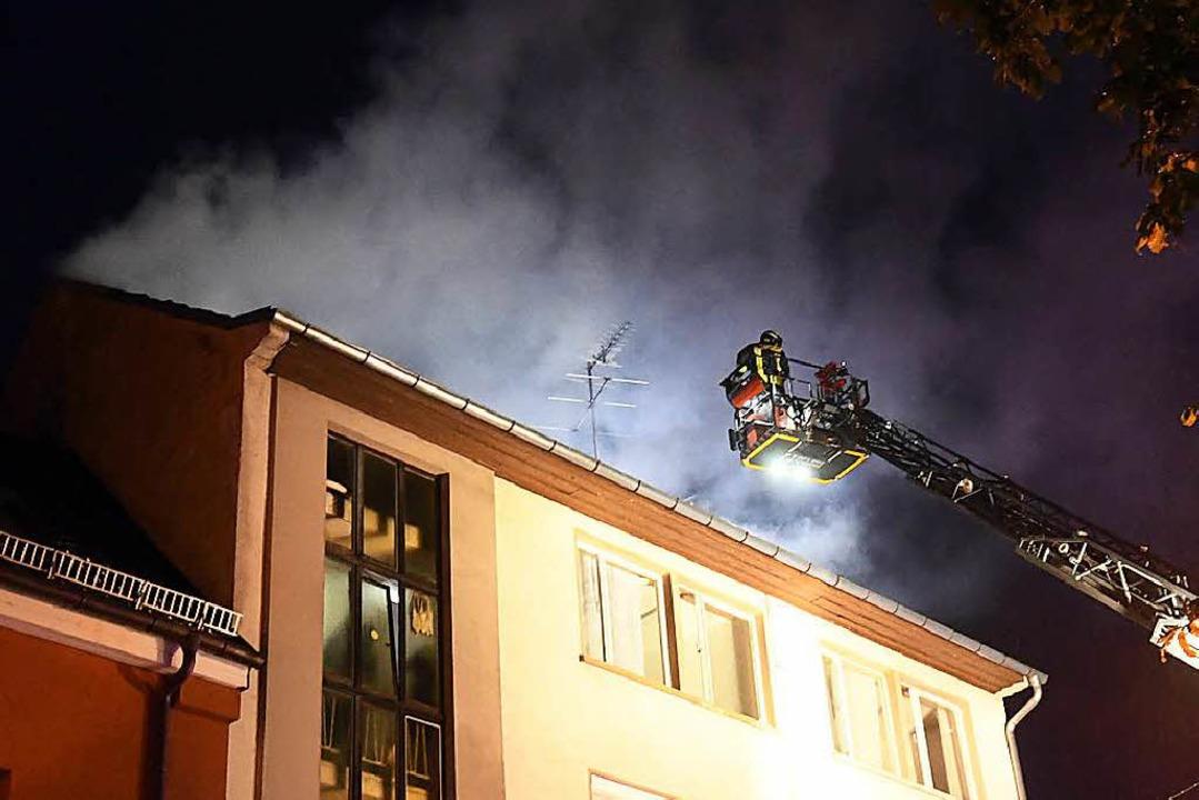 Über eine Schiebeleiter konnte die Feuerwehr die Frau vom Dach retten.    Foto: Wolfgang Künstle