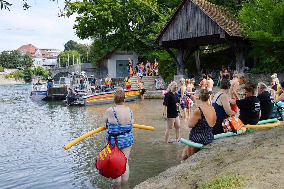 Schweizer und Deutsche gingen am Sonntag gemeinsam zum Rheinschwimmen. Die Teilnehmer der Veranstaltung von Stadtsportausschuss und Sportkommission wurden von DLRG und Rheinrettung über 1,5 Kilometer begleitet. (Foto: Horatio Gollin)
