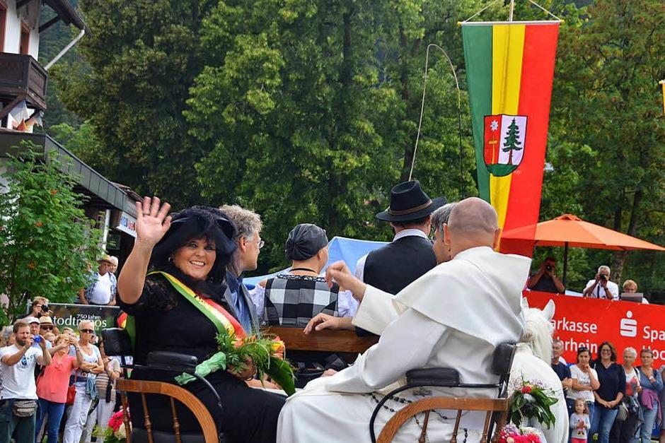 Mit einer Kutsche rollte die Prominenz durch den Ort, Bürgermeistern Janette Fuch freute sich sichtlich über den gelungenen Umzug. (Foto: Christiane Sahli)