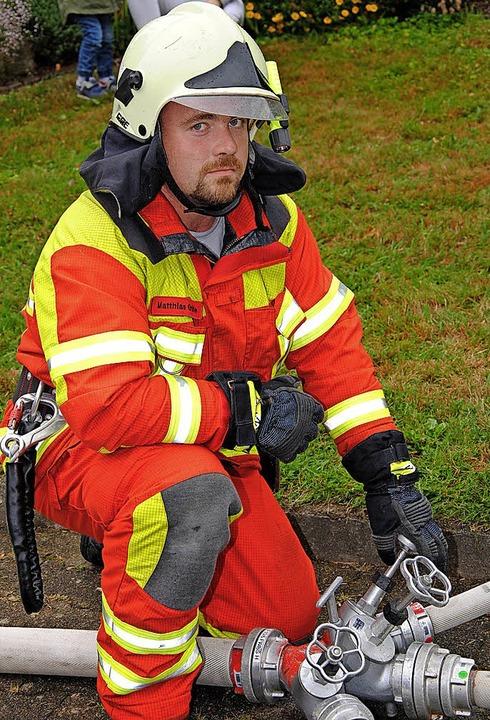 Jede Aufgabe ist wichtig: Matthias Grä...on mit Rettungstrage und Fluchthaube.   | Foto: Mark