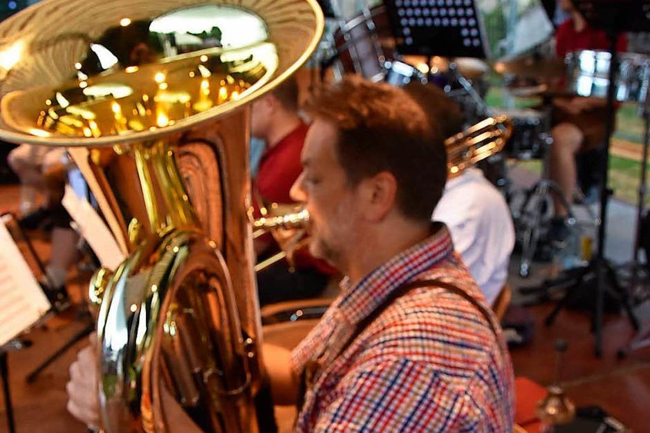 Blasmusik in allen Variationen bot der Musikverein Wyhlen auf. Die Spezialität Güggeli war am Samstagabend ausverkauft. (Foto: Heinz u. Monika Vollmar)