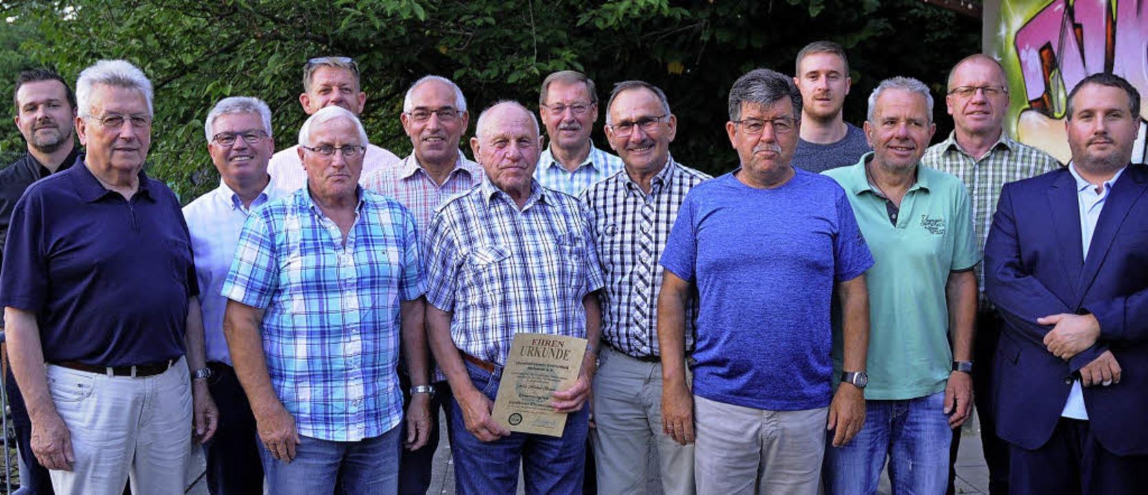 Eine Vielzahl von treuen Mitgliedern g...ts) als letzte Amtshandlung zu ehren.   | Foto: Bettina Schaller