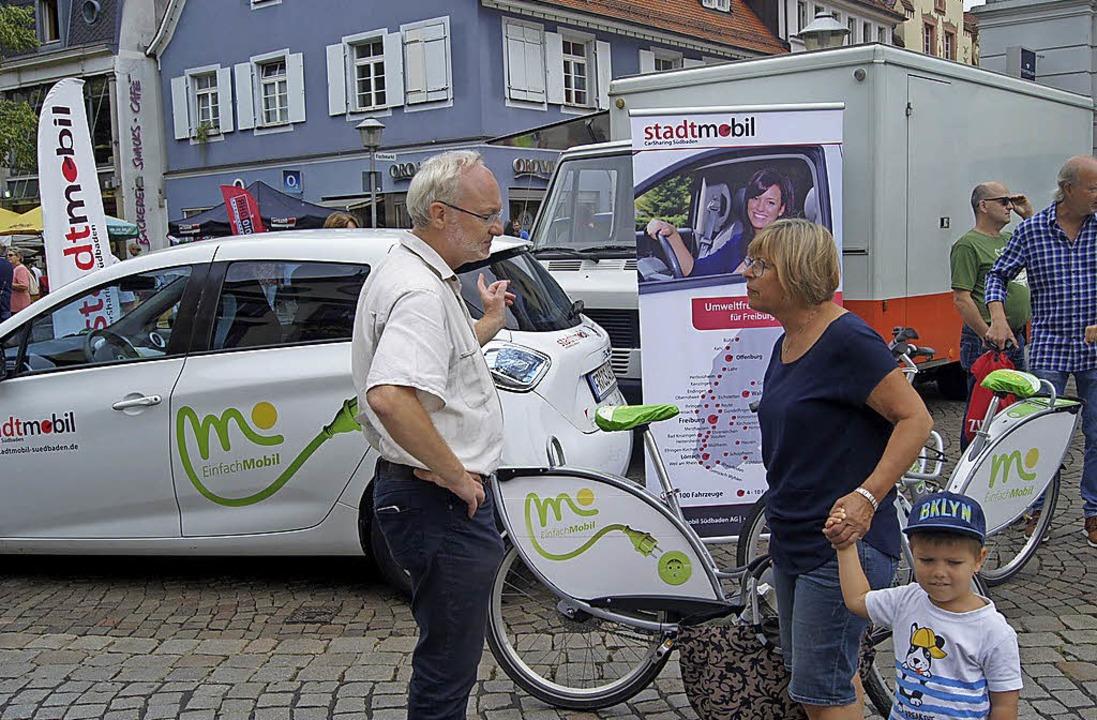 Verkehrsplaner Mattias Kassel (l.) inf...obil-Konzept. Rechts: Rollatorentanz.   | Foto: CBU