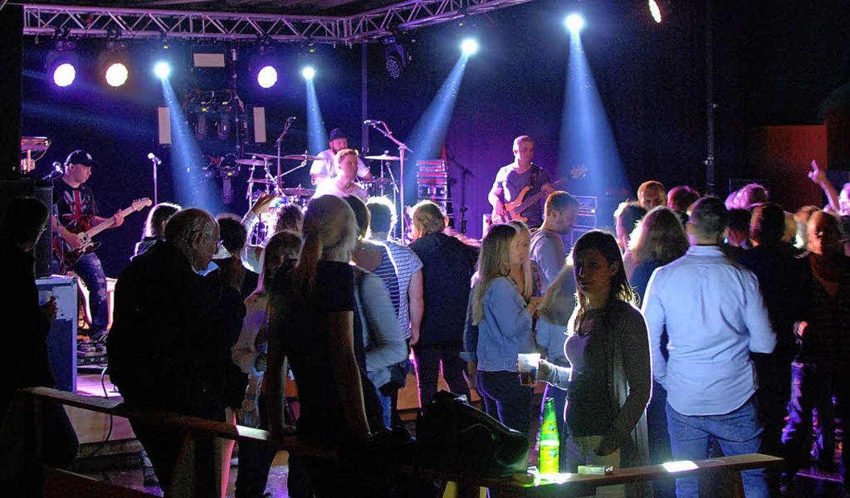 Die Band Lancelot heizte den Zuschauern am Samstag kräftig ein.   | Foto: Louis Gross