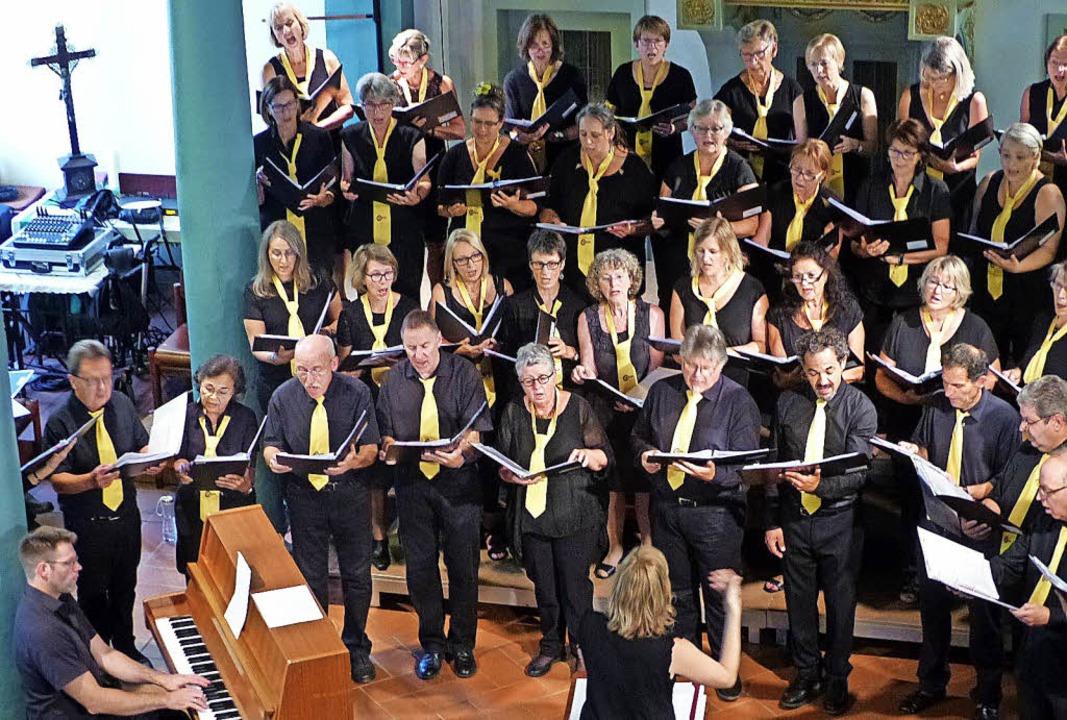 Hanna Roos leitete den Chorios-Chor, Daniel Roos begleitete diesen am Klavier.   | Foto: Annette Preuss
