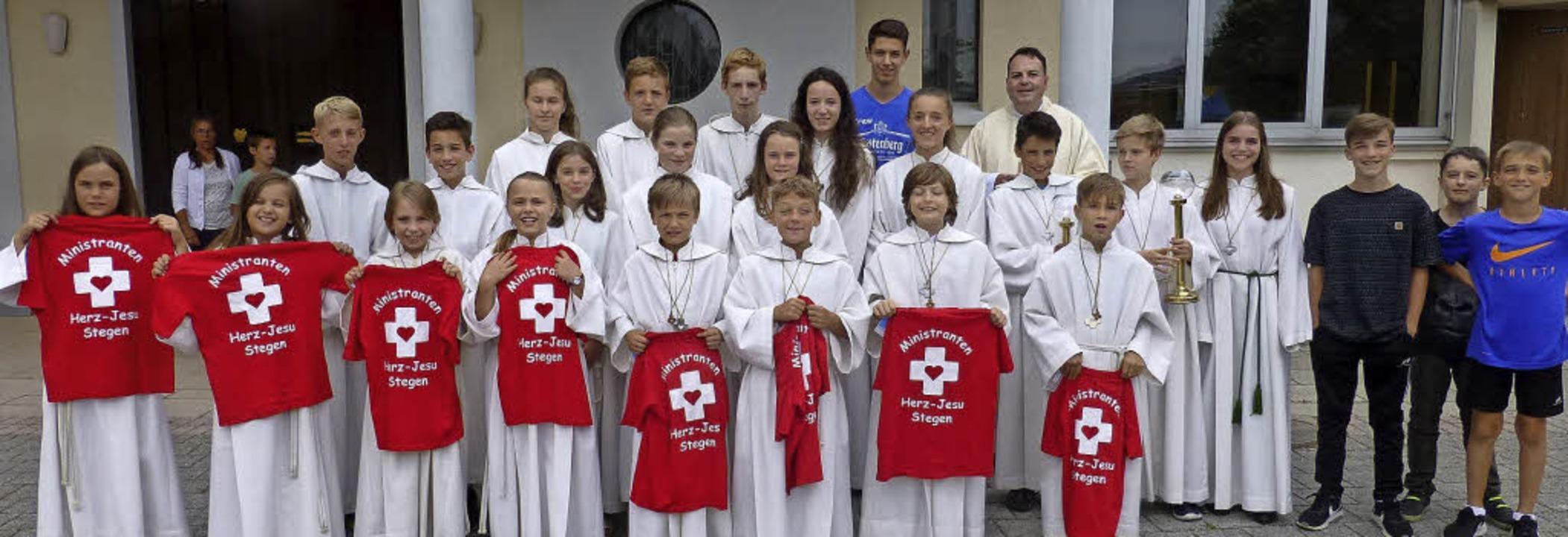 Acht Jungen und Mädchen wurden jetzt i...gen ins Ministrantenteam aufgenommen.     Foto: Himmelsbach