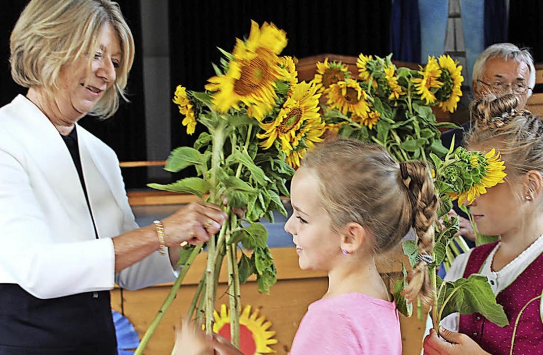 Die Schüler überreichten Ulrike Kurz Sonnenblumen.   | Foto: Erich Krieger