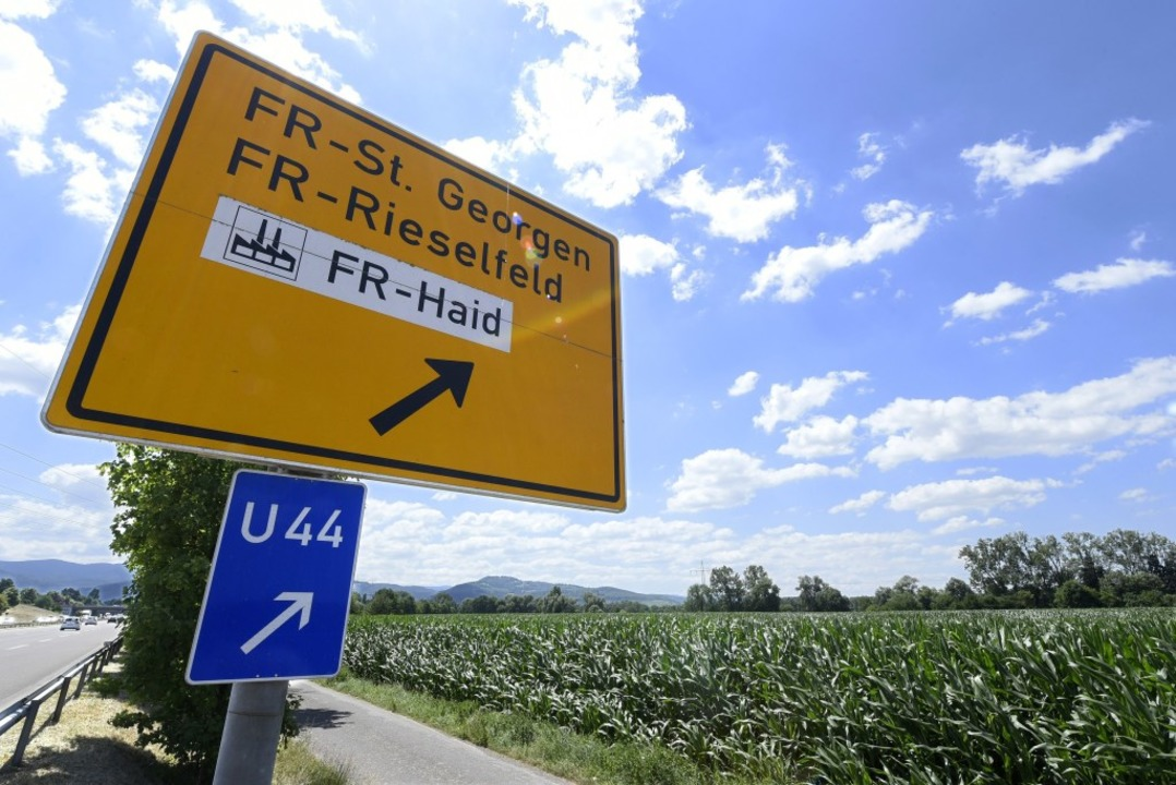 Auf der Ackerfläche am Ausfahrt-Schild...nte Stadtviertel Dietenbach entstehen.    Foto: Thomas Kunz