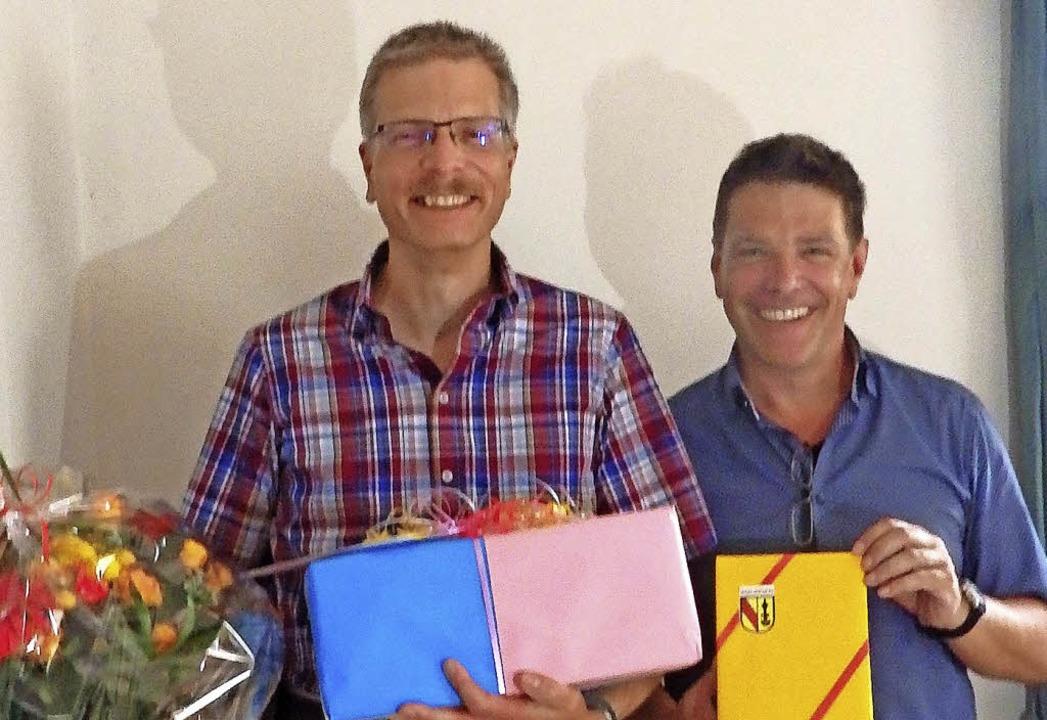 Geschenke zum Abschied: Markus Haag (l...  hört als Kämmerer der Gemeinde auf.     Foto: Johanna Högg