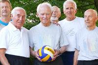 90-jähriger Volleyballer spielt besser als mancher Mittsiebziger