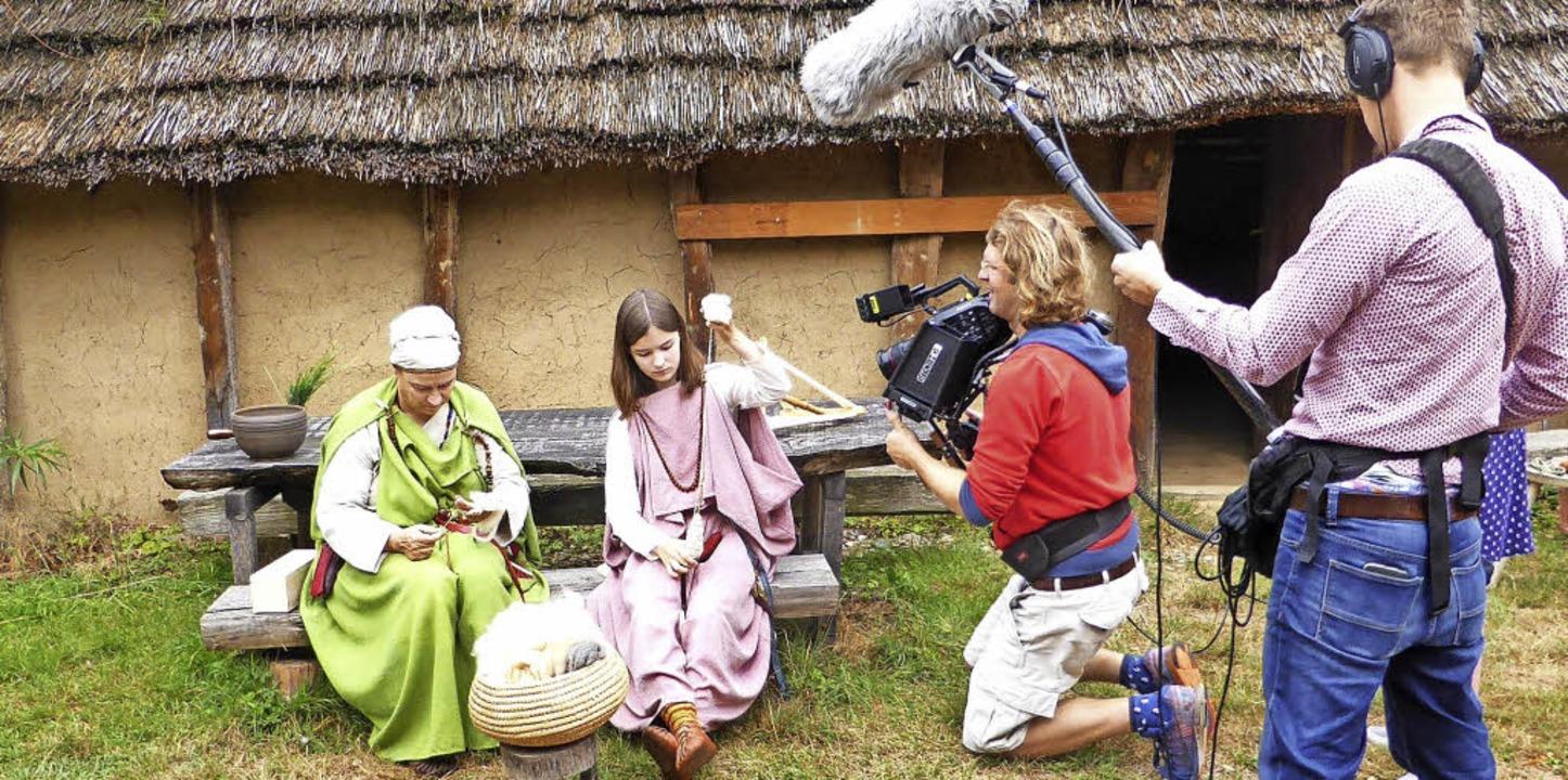 In alamannische Gewänder gekleidet, ze...yerischen Rundfunks filmt sie dabei.    | Foto: Michael Arendt