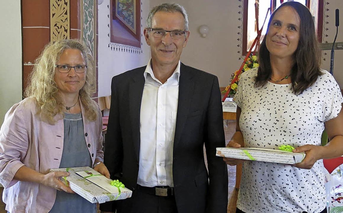 Verabschiedung von Schulleiterin Marge...n der Mitte Bürgermeister Michael Goby  | Foto: Georg Voß