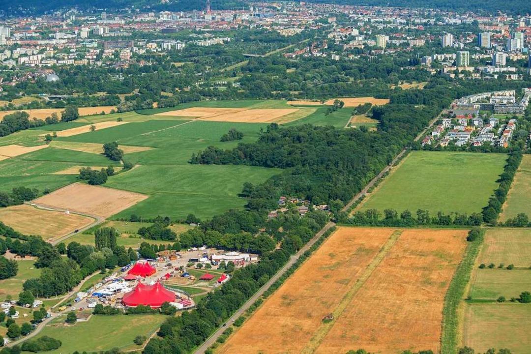 Zwischen Rieselfeld (rechter Bildrand)...nftige Stadtteil Dietenbach entstehen.  | Foto: Nils Theurer