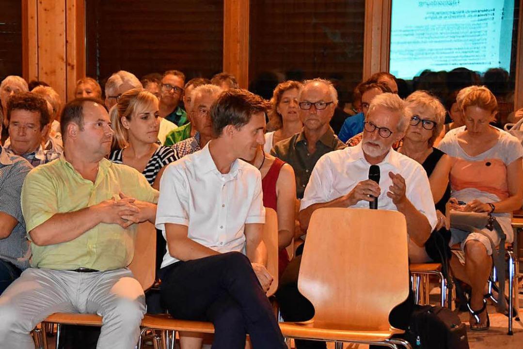 Rund 100 Bürger kamen zur Einwohnerver...ter Raphael Walz (vorne Mitte) Fragen.  | Foto: Andrea Steinhart