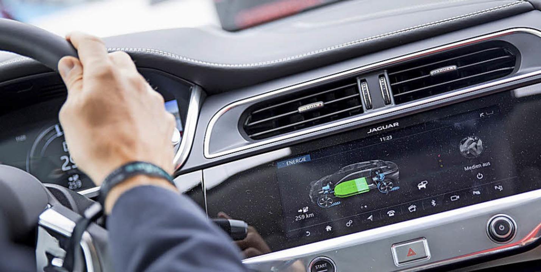 In Elektroautos informieren die Displa...h darüber, wohin  die Energie fließt.     Foto: Florian Schuh/dpa