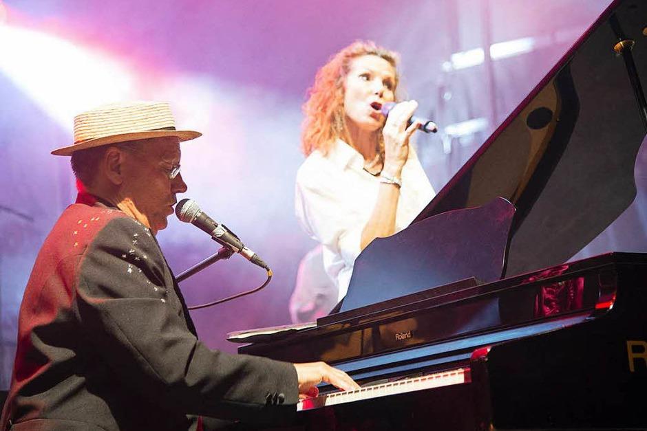 Am Freitagabend gab's Musik von Rod Stewart und  Elton John performed by Mr. Rod und  der Elton John Tribute Showband. (Foto: Volker Münch)