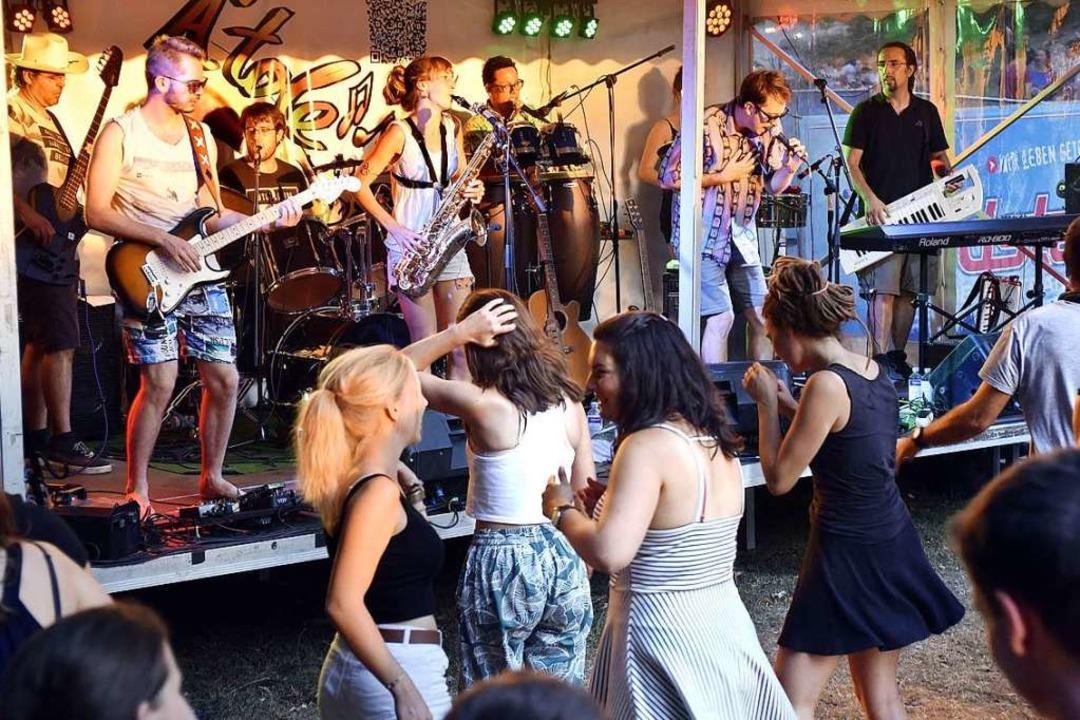 Im Burggraben spielte die Band A&#8217...atin und Spanish Rock, Cumbia und Ska.  | Foto: Thomas Kunz