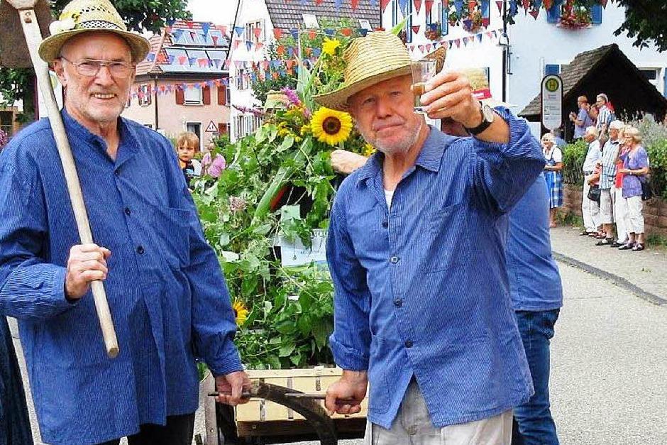 Nordweiler Weinfest: Ein Gläschen in Ehren - das gehört zu einem Winzerumzug. (Foto: Reiner Merz)