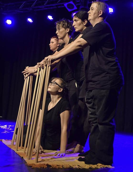 Gefangen hinter Stäben – das Theaterprojekt zeigt neue Wege.    | Foto: kunz
