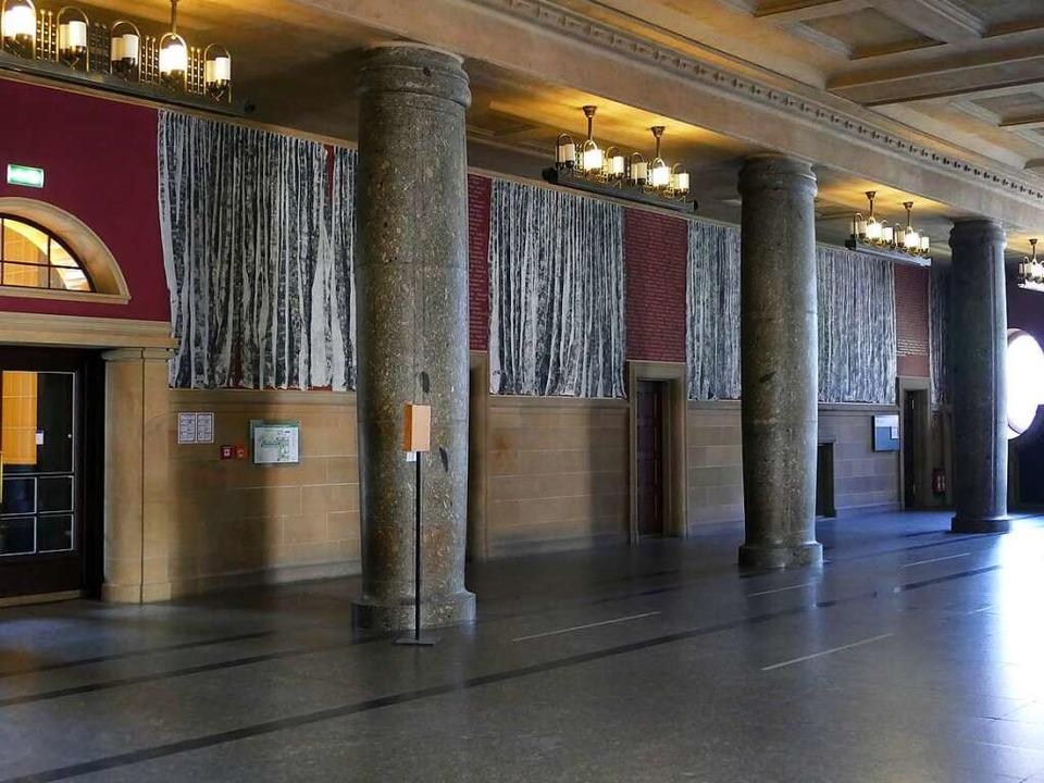 In der Aula des KG I ist ein Mahnmal z...tern der Uni, erinnert an die NS-Zeit.  | Foto: Joshua Kocher