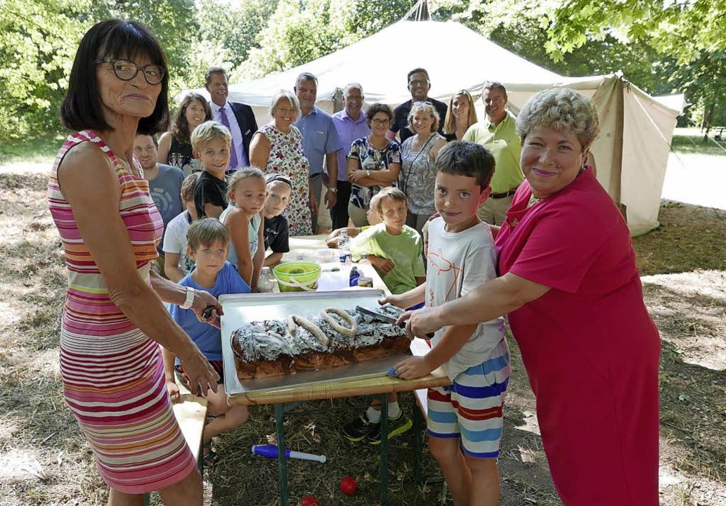 Viele Mütter und Väter des Erfolgs: Zu... im Kurpark einen großen Extra-Kuchen.    Foto: Hans-Peter Müller