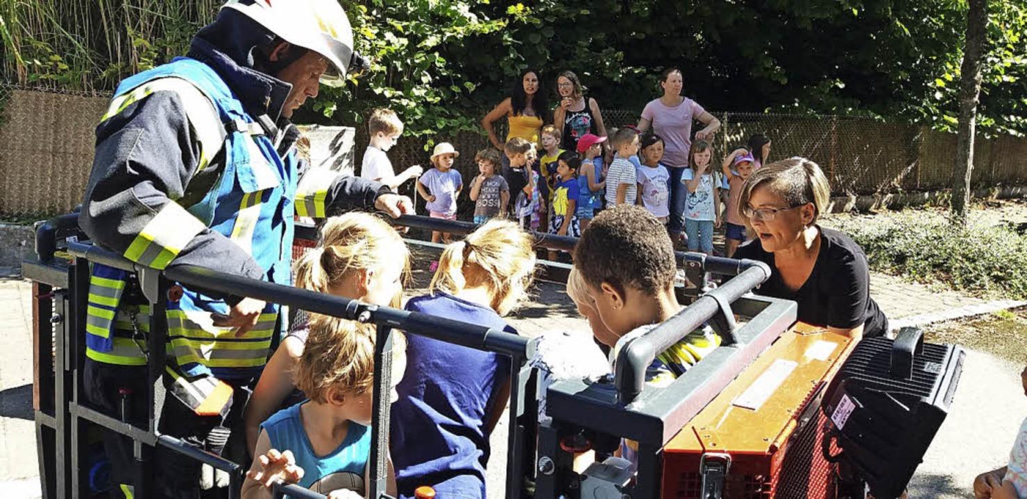 <BZ-FotoAnlauf>Kindergarten Kandern:</...Korb der Drehleiter mit emporsteigen.   | Foto: Privat