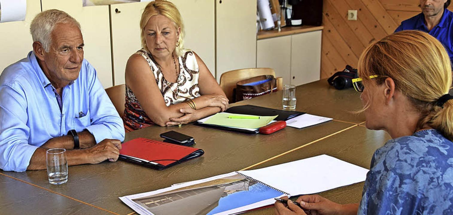 Bürgermeisterin Tanja Steinebrunner (r...rek die Pläne für die neue Ortsmitte.   | Foto: Stefan Ammann