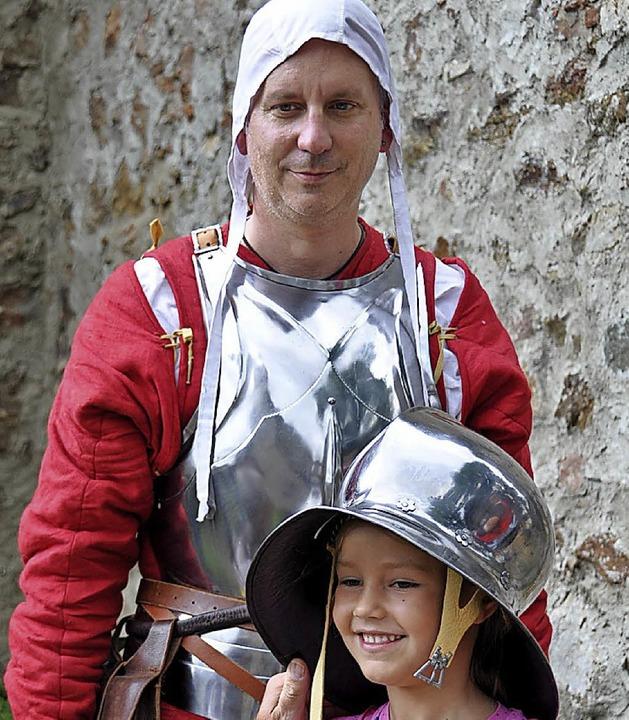 Auf der Kastelburg können sogar Burgfräuleins zu Rittern geschlagen werden.   | Foto: Hubert Bleyer