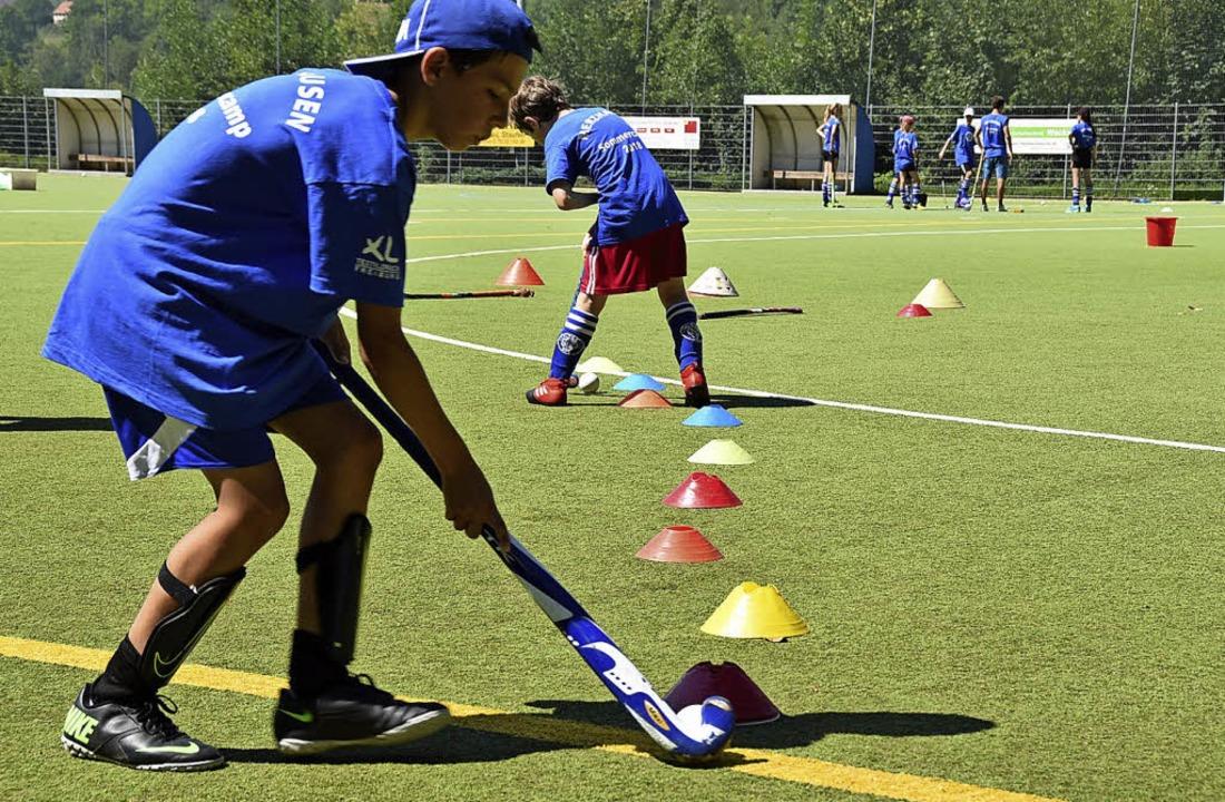 Den Ball mit dem Schläger durch eine R...fgaben beim Hockeycamp in Merzhausen.   | Foto: Gabriel Kroher