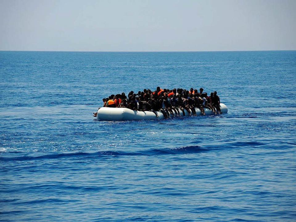Die Seenotrettung im Mittelmeer ist er...infahrt in seine Häfen verweigert hat.  | Foto: dpa