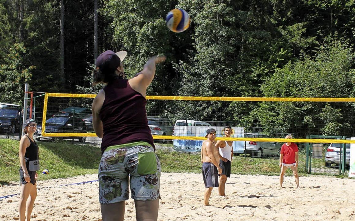Zehn Teams traten beim Beachvolleyball...dfreibad am Sonntag gegeneinander an. | Foto: Cornelia Liebwein