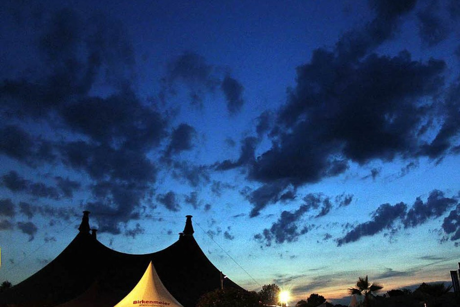 Sonnenuntergang über dem Zirkuszelt (Foto: Wolfgang Grabherr)