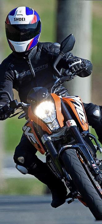 Motorräder sollen in Glashütte langsamer fahren.  | Foto: Pförtner / DPA