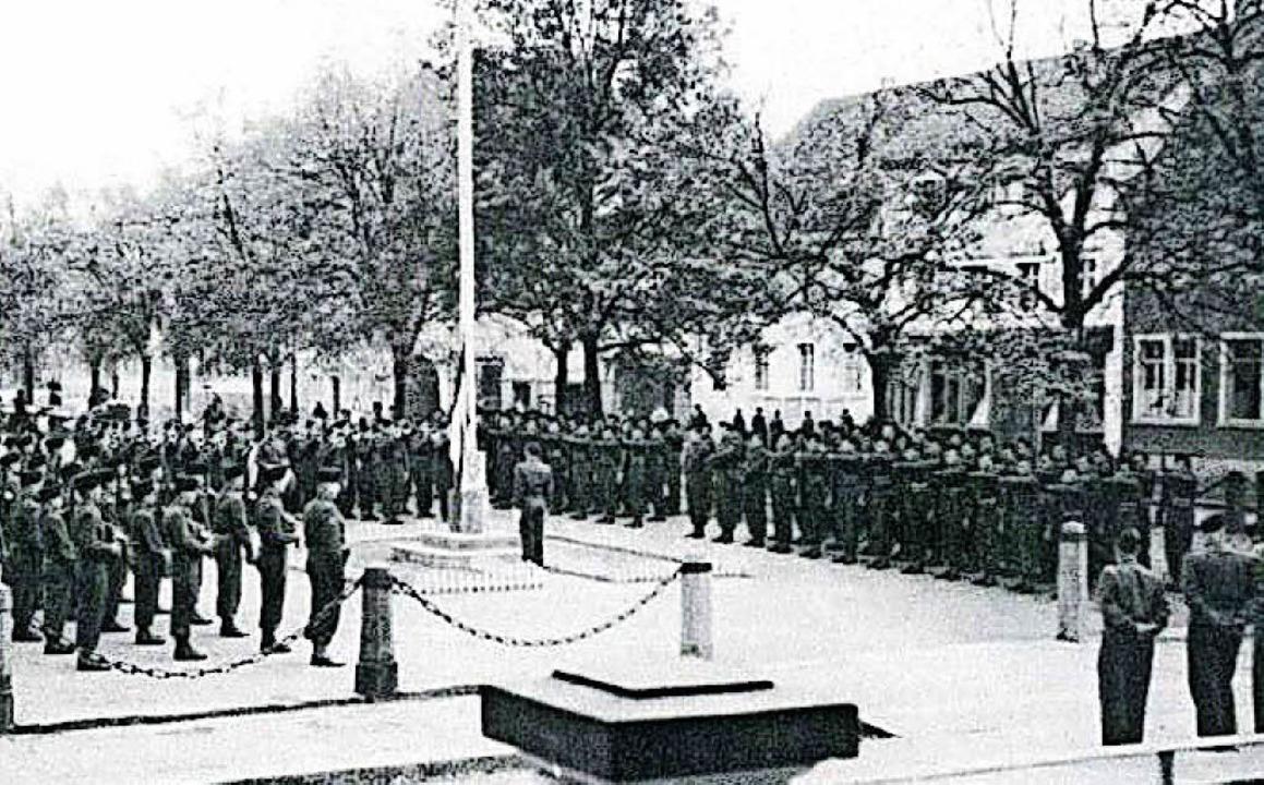 Französische Besatzungstruppen hissen ...olore auf dem Schopfheimer Marktplatz.  | Foto: Stadtarchiv Schopfheim