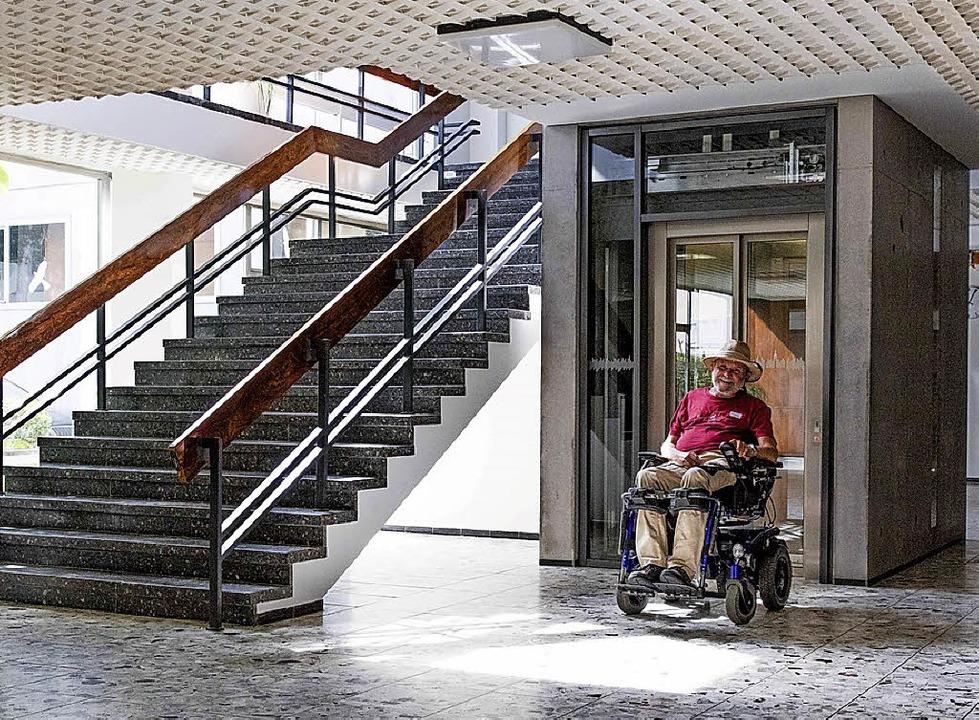 Dank des neuen Aufzugs gelang man nun ...efrei ins obere Foyer der Stadthalle.   | Foto: Zahn