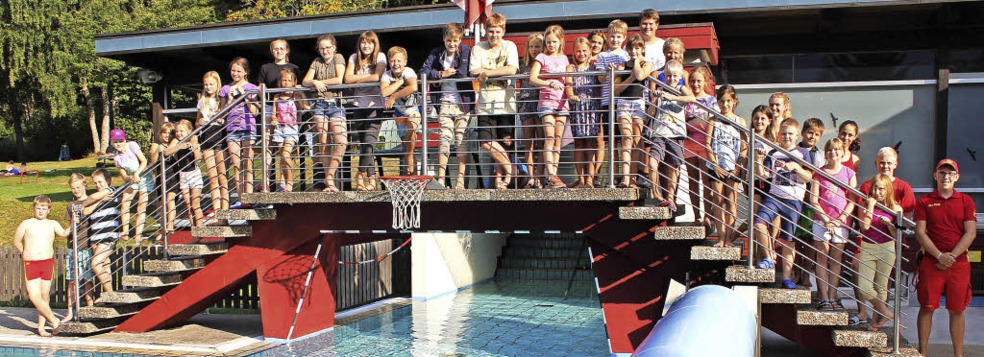 31 junge Schwimmer und ihr Trainerteam...h über ihren erfolgreichen Abschluss. | Foto: Cornelia Liebwein