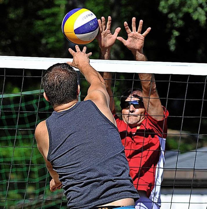 Schmettern und Blocken  am Volleyballnetz.   | Foto: Wolfgang Scheu