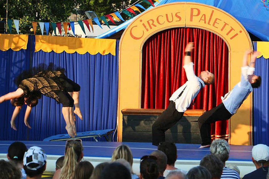 """Szenen vom Premiereabend des Circus Paletti in Herbolzheim: Die """"Saltinis"""" machten den Anfang. (Foto: Ruth Seitz)"""
