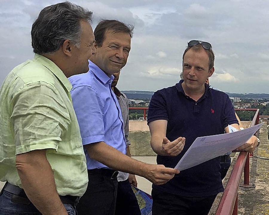 Simon Oberbeck erläutert Thomas Marwei...ha Frey (v. r.) die Hafenentwicklung.   | Foto: Th. Lindner