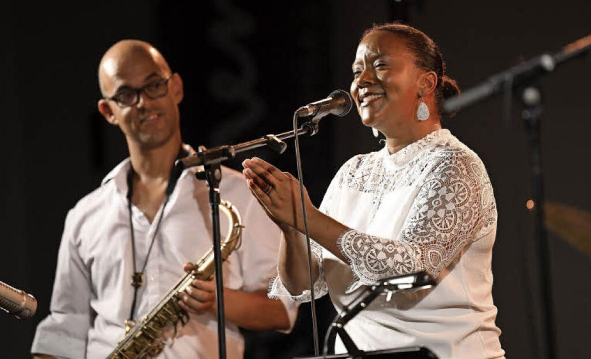 Indra Rios-Moore mit ihrem Ehemann Benjamin Trærup am Saxophon   | Foto: Juri Junkov