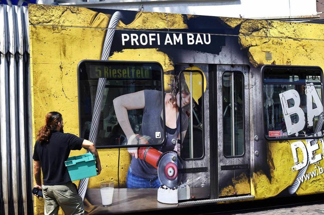 Sorgt  auch für Einnahmen: Werbung dar...ozent der Fenster einer Tram bedecken.  | Foto: Thomas Kunz