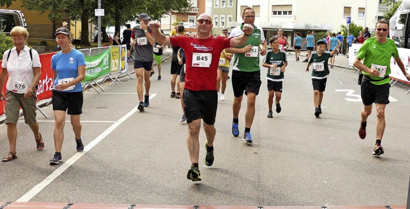 Mehr als 1000 Teilnehmer starteten bei...ten die Läufer jubelnd die Ziellinie.   | Foto: Bombardi